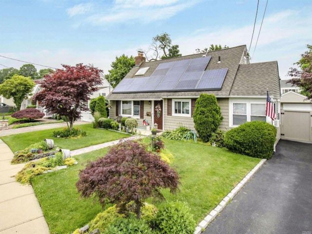 3 BR,  2.00 BTH  Cape style home in Copiague