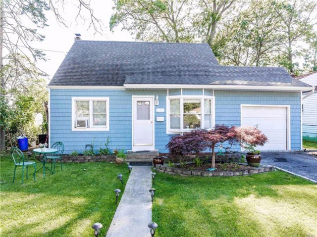 4 BR,  1.00 BTH  Cape style home in Copiague